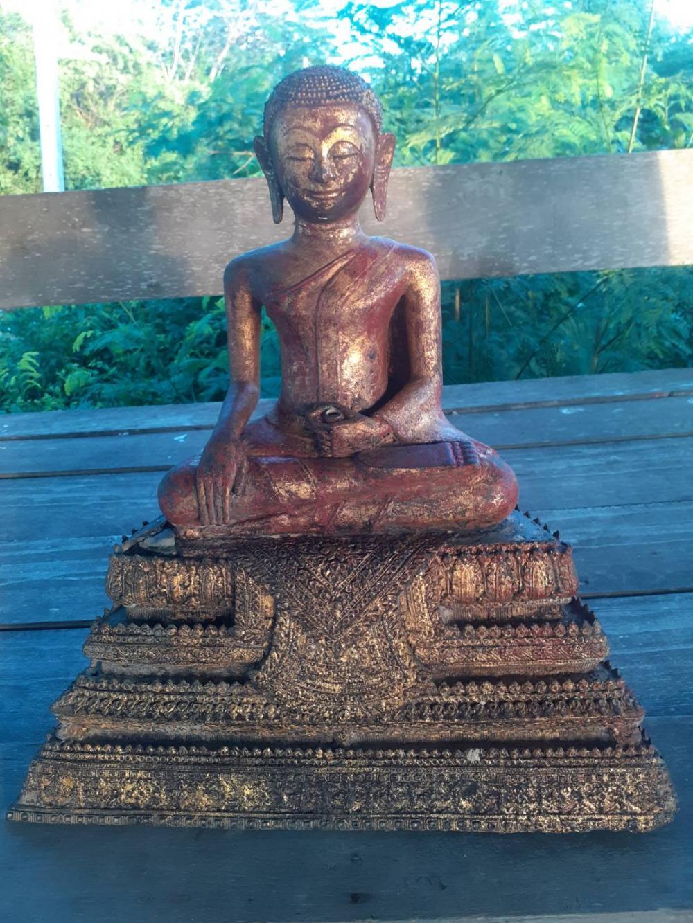 В Таиланде украденную статую Будды нашли на автобусной остановке