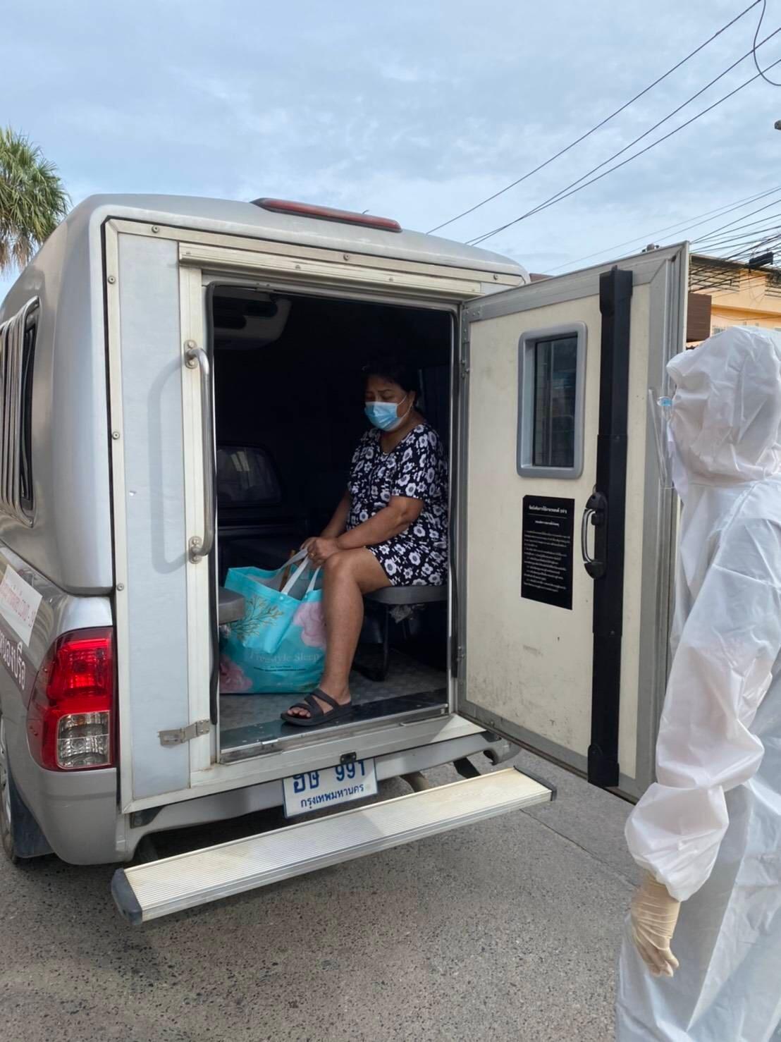 Полиция Паттайи доставляет коронавирусных больных в автозаке